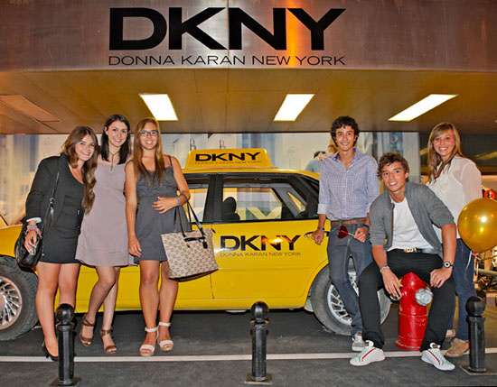 espacio de DKNY donde tenían preparado un típico taxi de Nueva York
