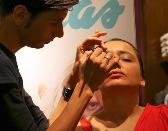 maquilladores de Douglas haciendo maquillajes Preppy