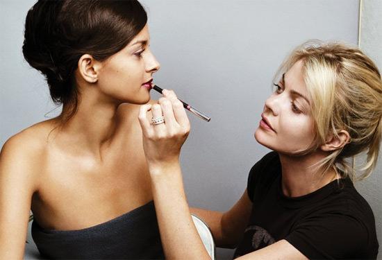 Jemma Kidd maquillando