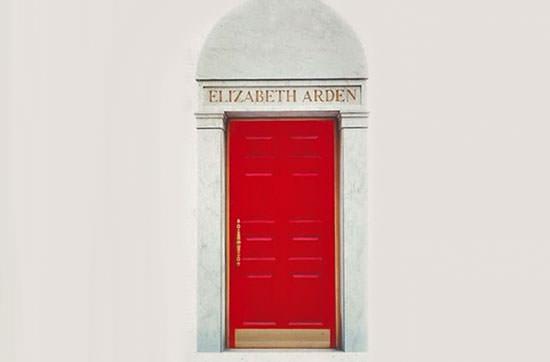 puerta roja, símbolo de la experiencia de belleza de Elizabeth Arden