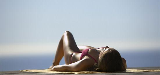 tomar el sol con precaución y protección