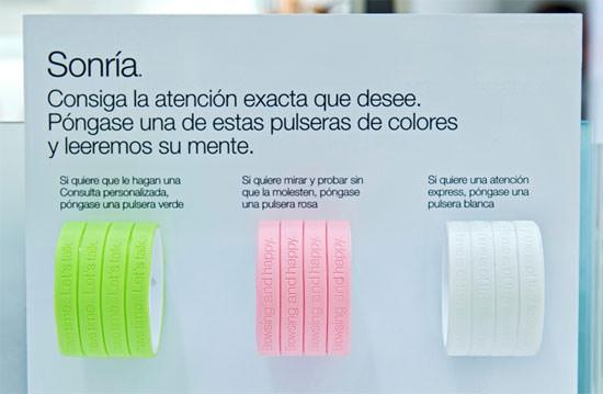 """pulseras de colores """"Servicio a su medida"""" Clinique"""