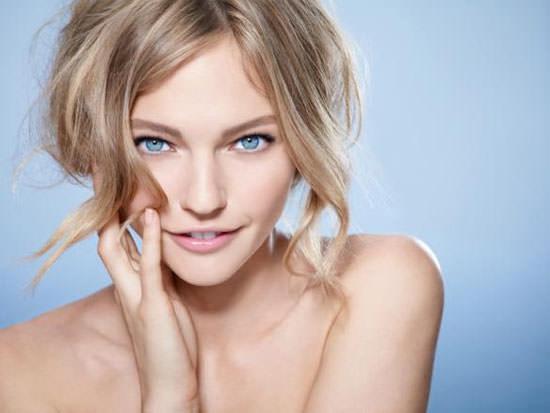 modelo Skin Ergetic Eyes de Biotherm