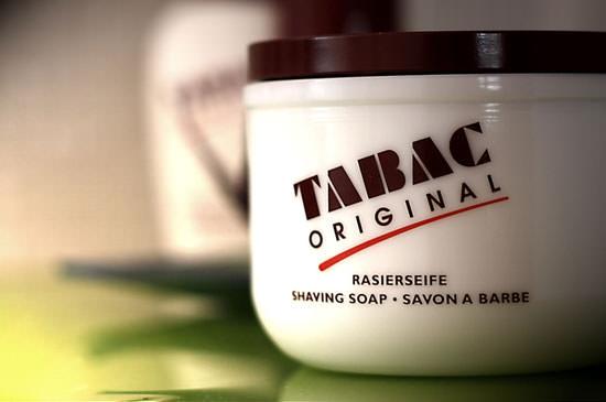 detalle bote de porcelana con el jabón Tabac