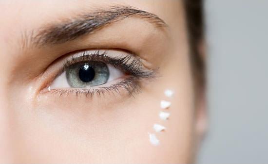 aplicar contorno de ojos