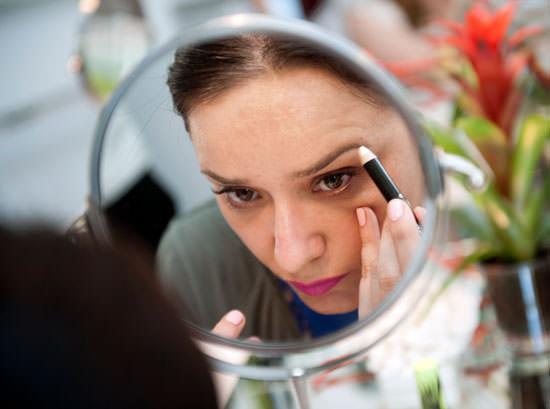 Arantza maquillándose en el evento de Max Factor