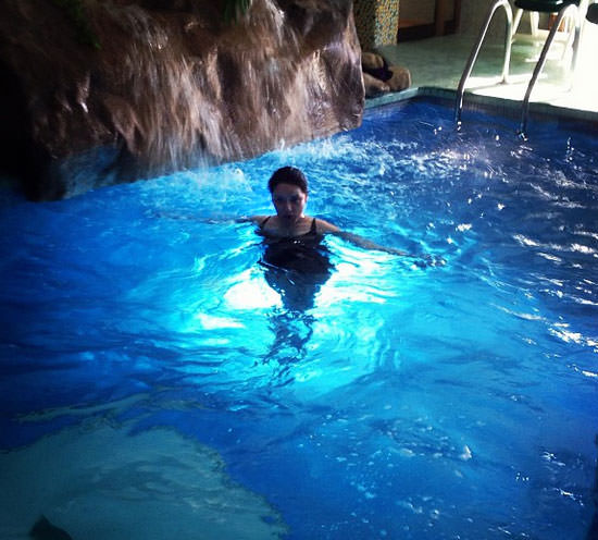 Arantza en la piscina