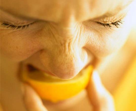 comer limón para blanquear dientes