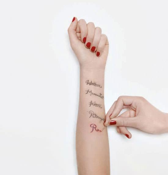 escribiendo nombres en el brazo Romantina