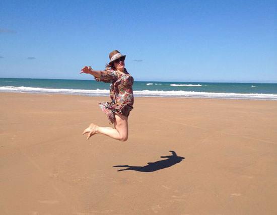 Arantza saltando en la playa de Chiclana