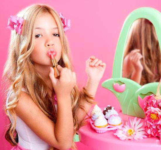niña maquillándose