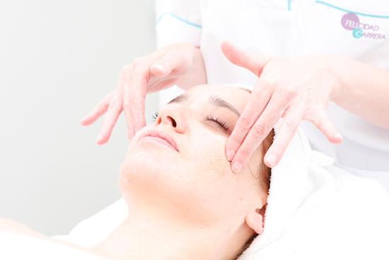 Arantza recibiendo un masaje facial