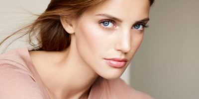 modelo maquillaje Clarins
