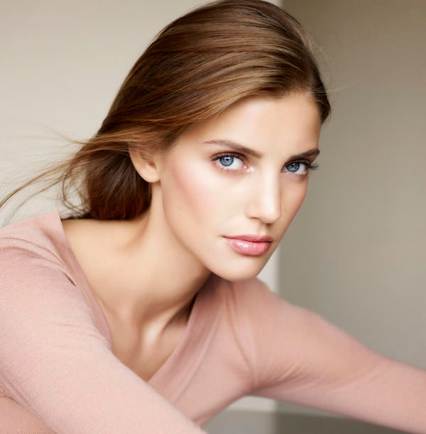 modelo maquillaje Clarins