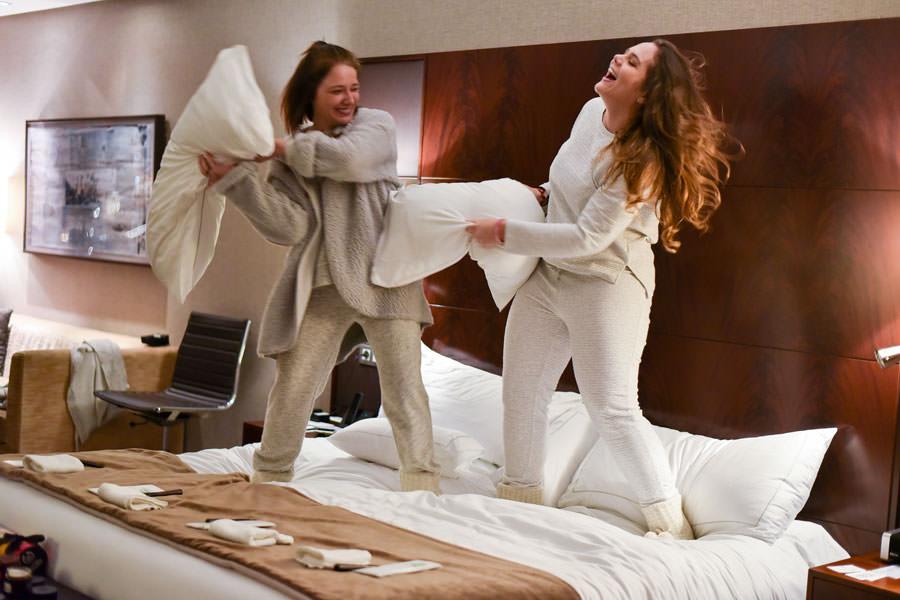 guerra de almohadas Arantza vs Raisa