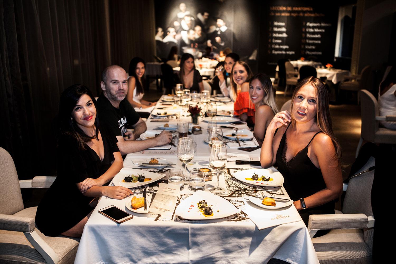 grupo del CosmetikTrip8 cenando en restaurante Atunante