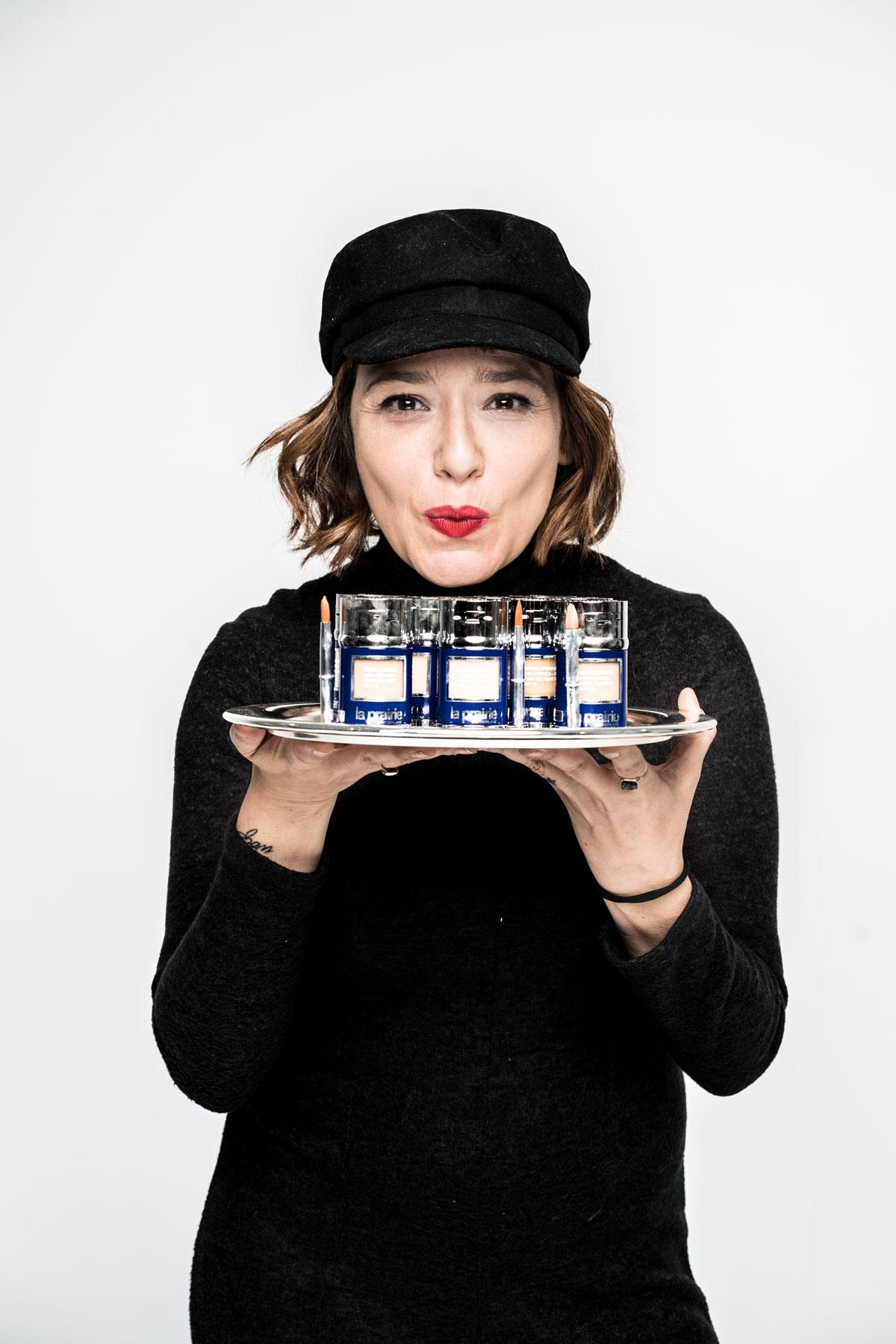 Arantza con bandeja de Skin Caviar Concealer Foundation