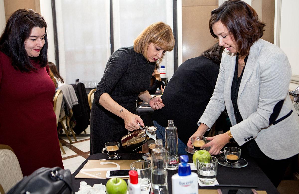 Marta, Arantza y Nuria tomando el café