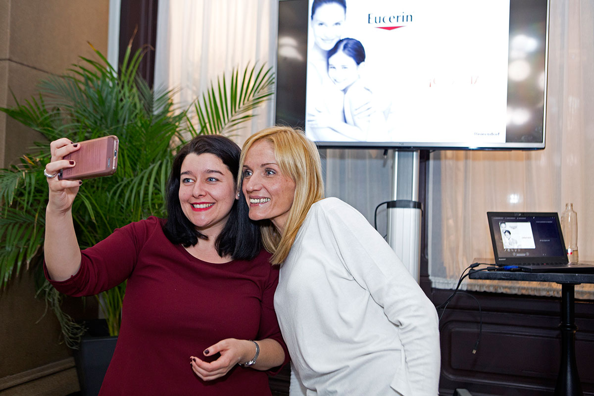 Marta y Cristina haciéndose un selfie