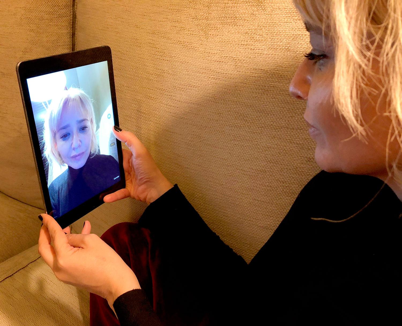 Arantza haciéndose un selfie para Skin Advisor