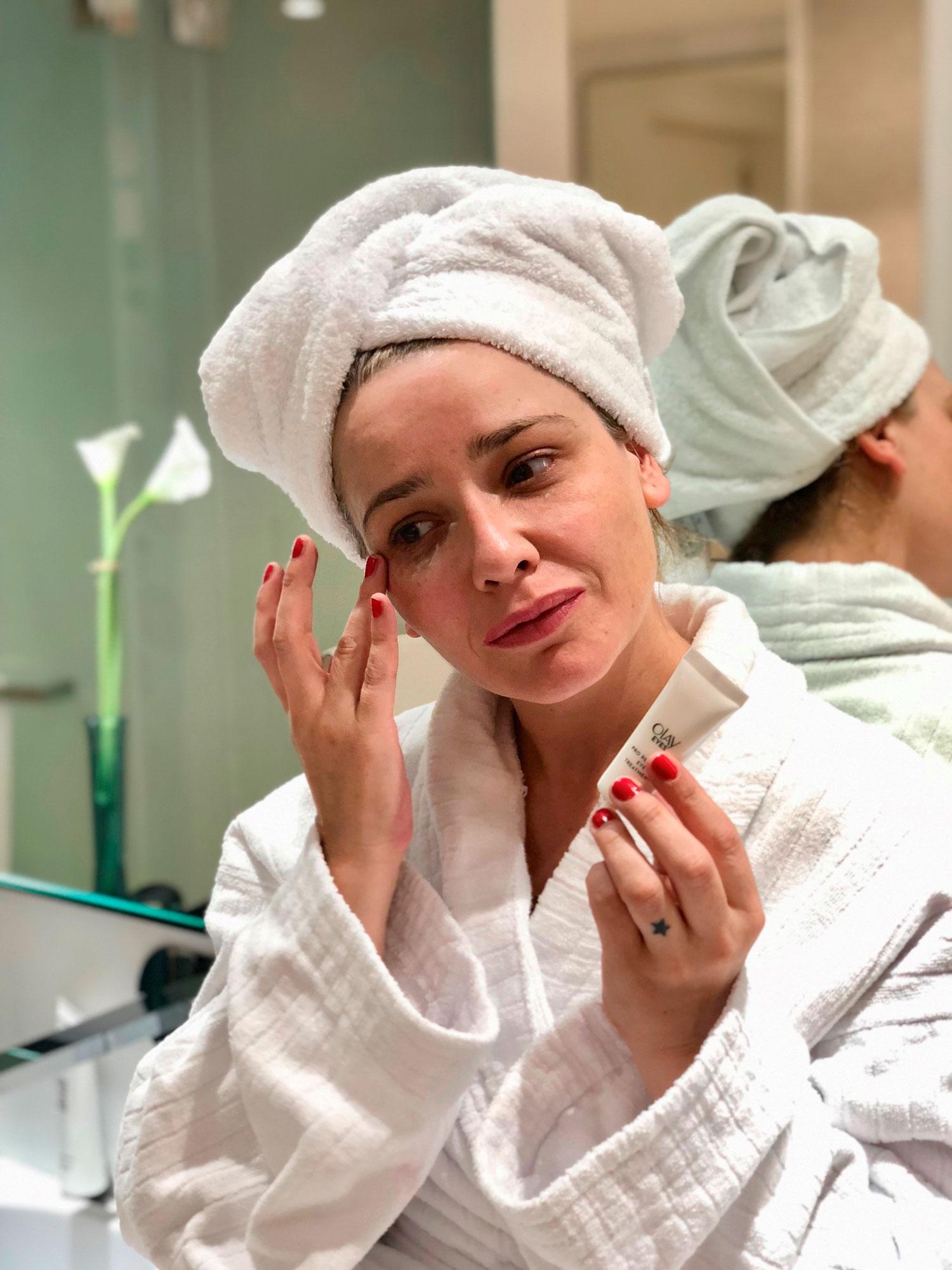 Arantza usando Olay Pro-Retinol Eyes durante el Cosmetiktrip11