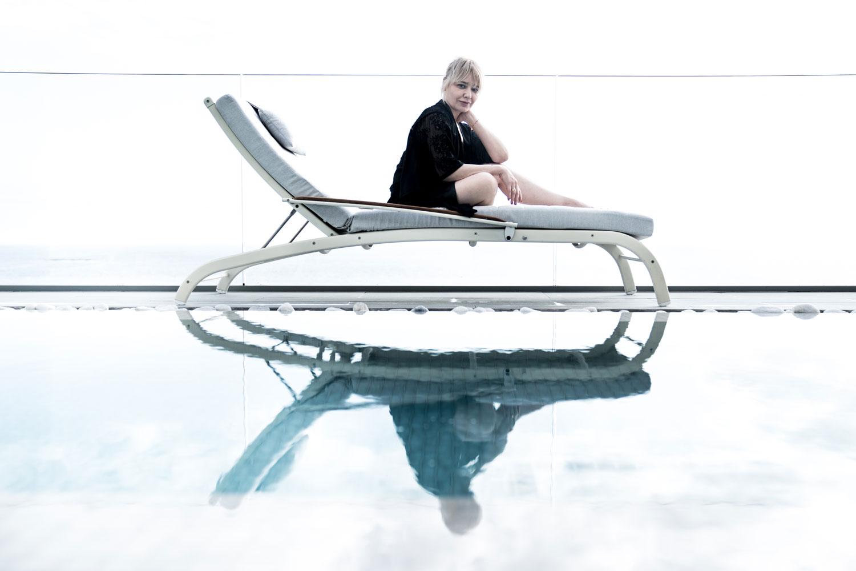 Arantza en hamaca junto a piscina