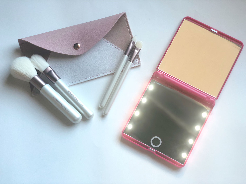 Espejo con luz led de Beter y kit básico de brochas y pinceles