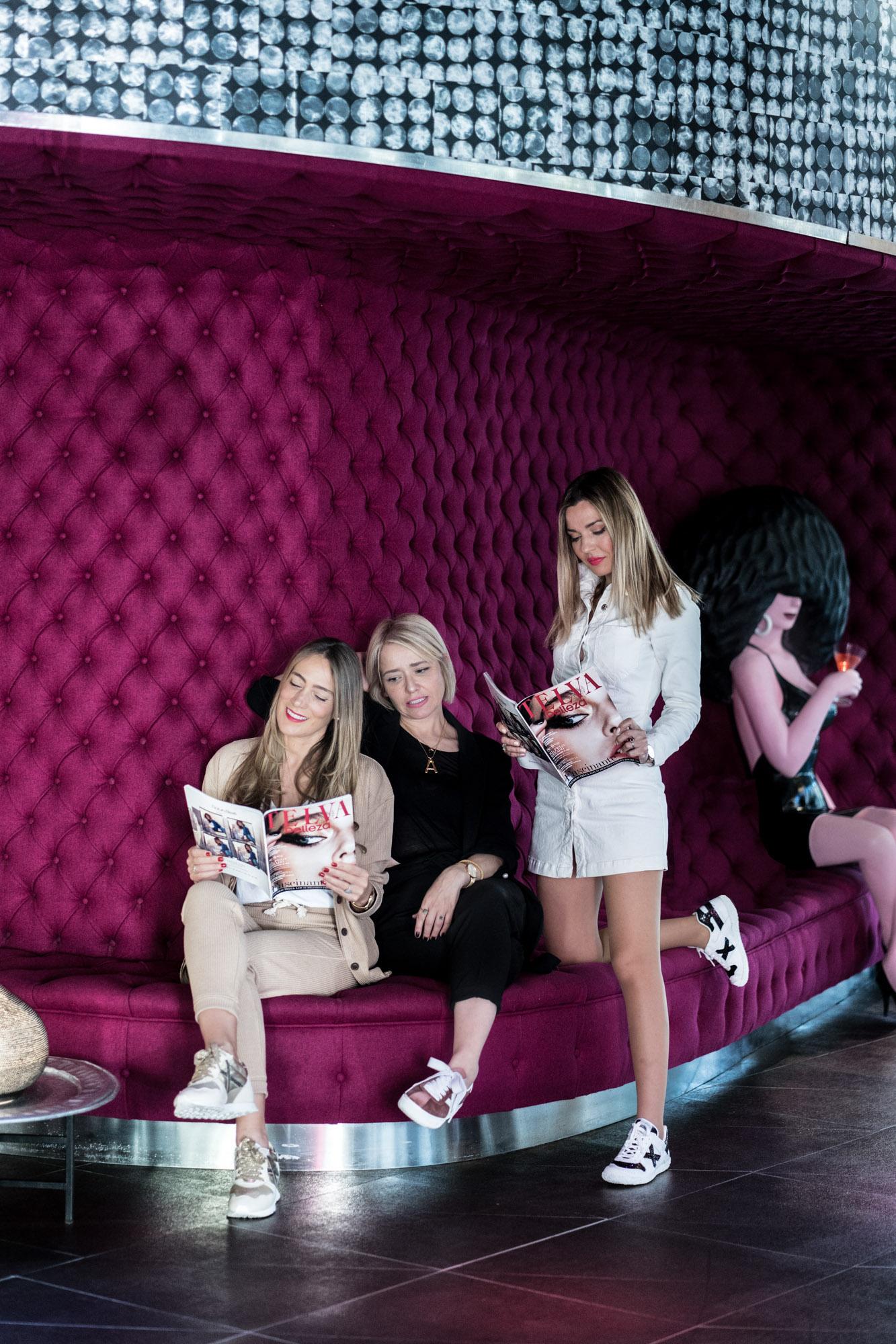 Araceli, Arantza y Helena en el vestíbulo del Barceló Raval