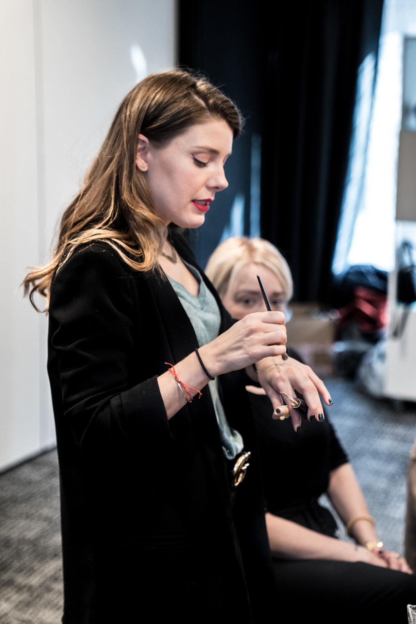 Yael Maqueira maquillando a Arantza en la Telva Beauty School