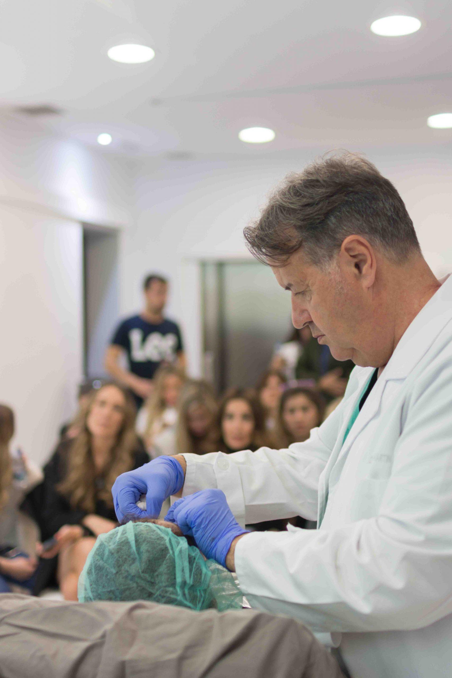 Dr. Ángel Martín con las chicas del CosmetikTrip18