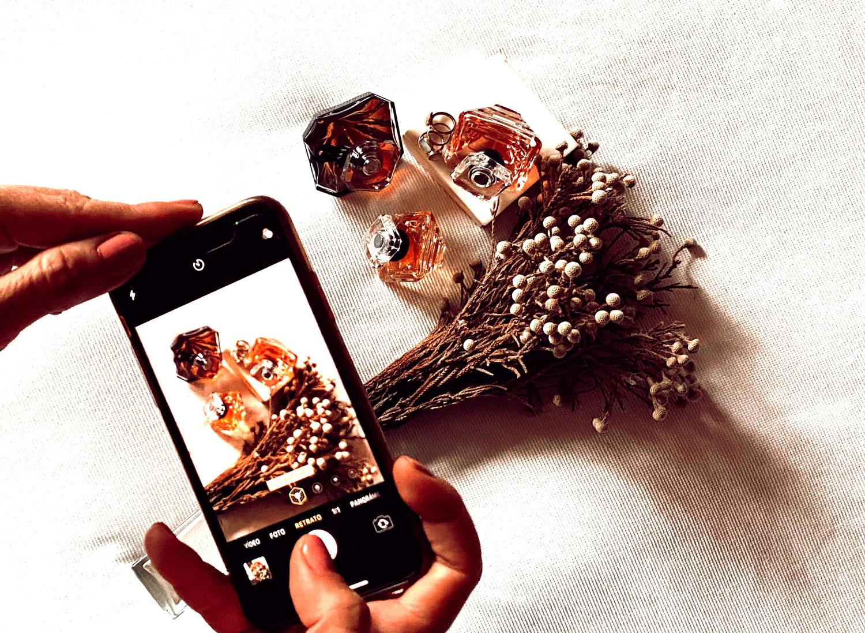 Arantza fotografiando su perfume favorito