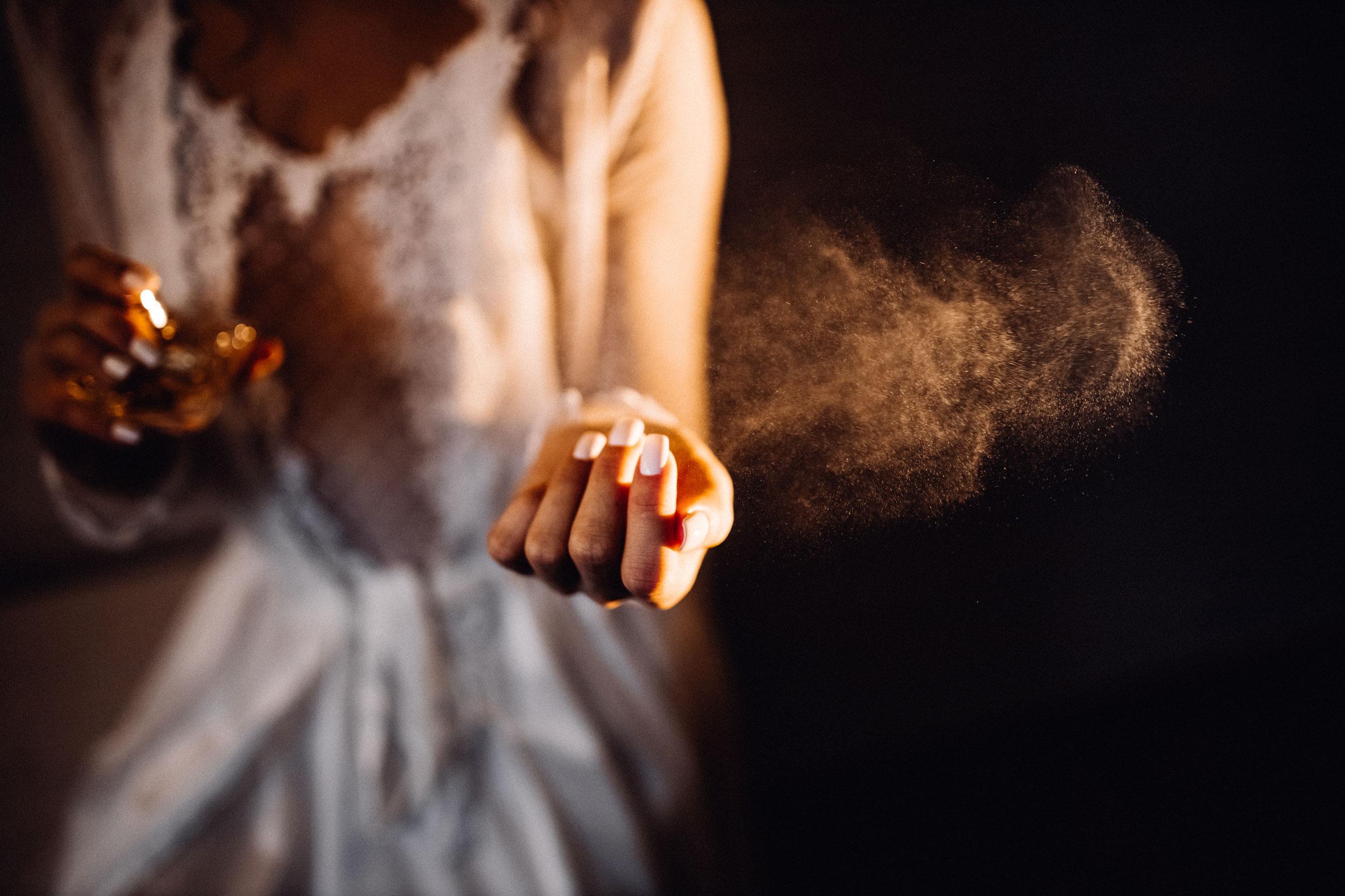 aplicando perfume en spray
