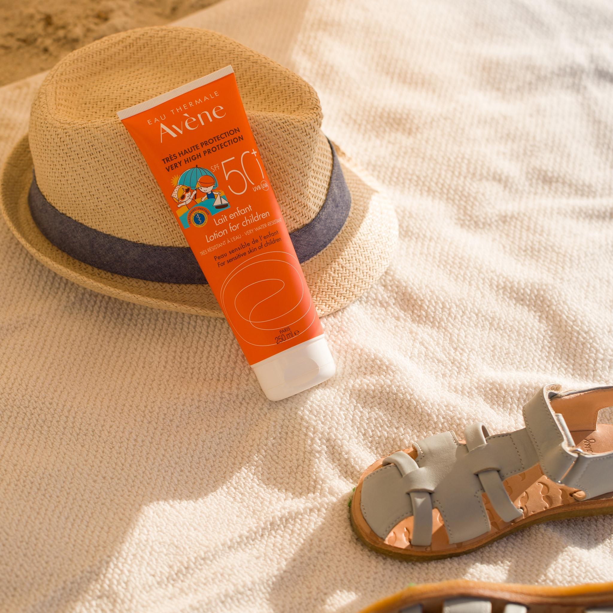 leche solar con SPF50+ para la piel sensible del niño